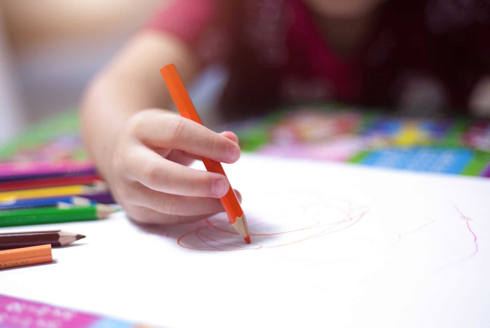 Image représentant un enfant jouant avec un jeu de construction en crèche
